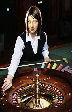 """Mona ''la croupière"""" on roulette."""